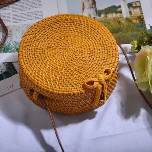 Bolso amarillo de ratán redondo liso