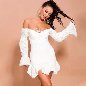 Vestido blanco de encaje con hombros descubiertos y manga farol